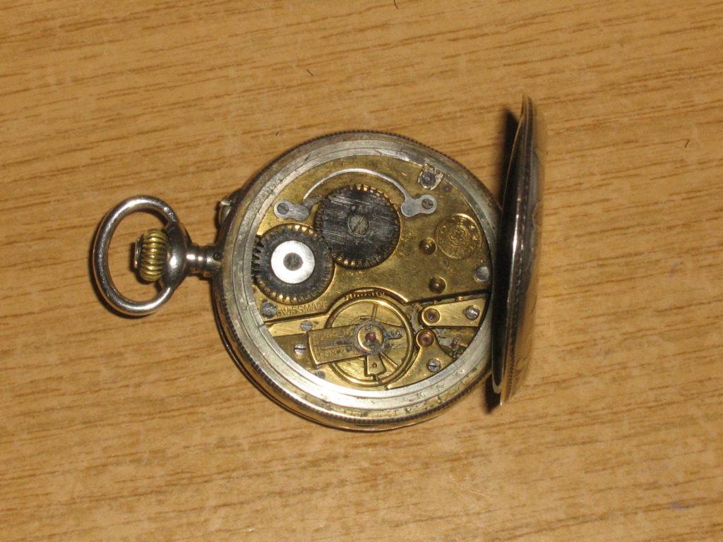 reloj de bolsillo abierto